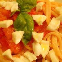Spaghetti estivi con pomodorini, bufala e basilico